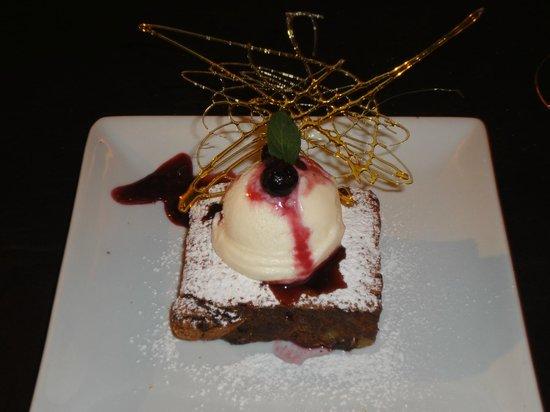 Hotel Mirador del Lago: Postre, brownie con bocha de helado y salsa de frutos rojos.