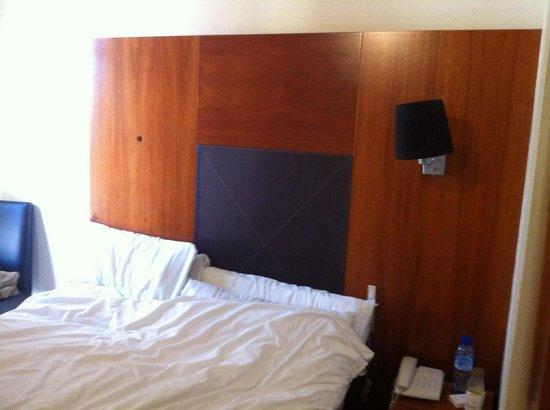 BCN Urban Hotels Gran Ronda: Chambre petite, lampe manquante.