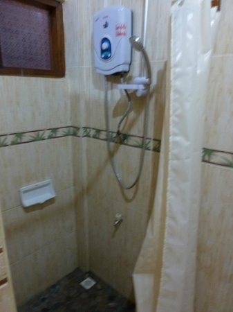 Villa Chitdara: electric shower