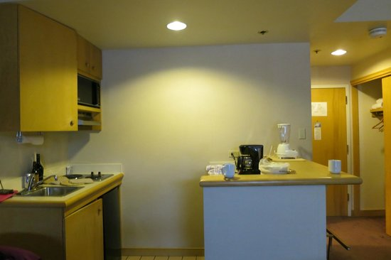 The Vintage Resort Hotel & Conference Center: Kitchenette - a bit aged