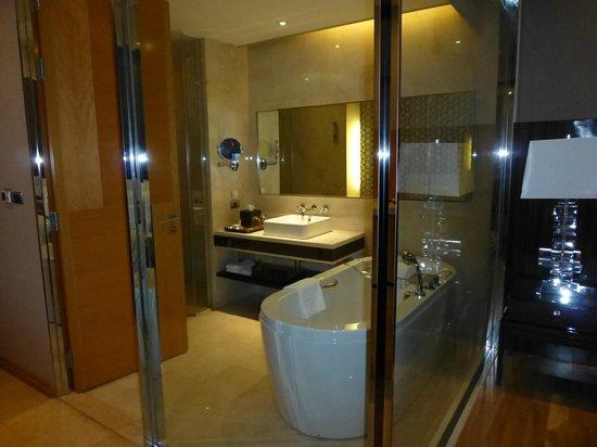 Renaissance Bangkok Ratchaprasong Hotel: bathtub with a view
