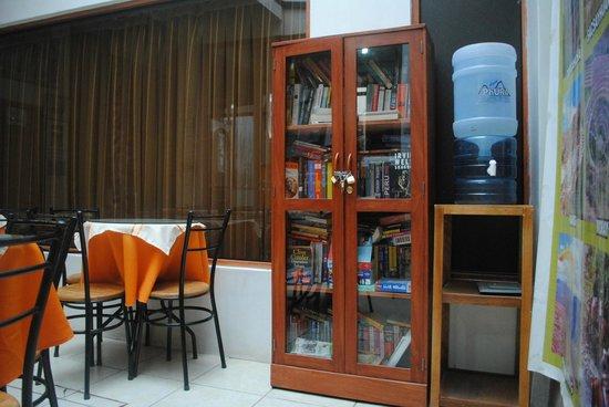 Samanapata Comfort Hostel: nuestros libros!