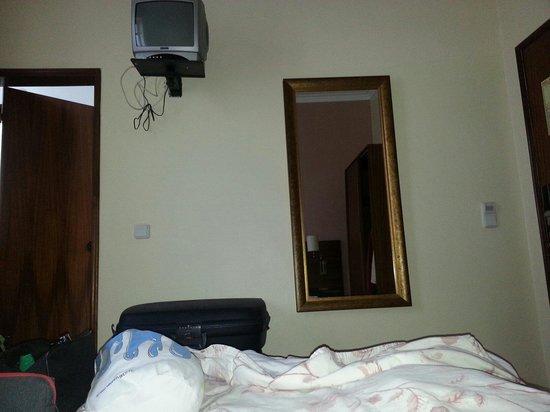 Hotel Princesa Lisboa Centro : Il y a bien une petite télé. Bebertosan.