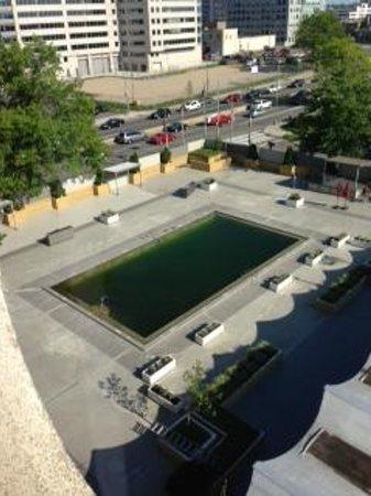Capitol Skyline Hotel: Pool/Moat?