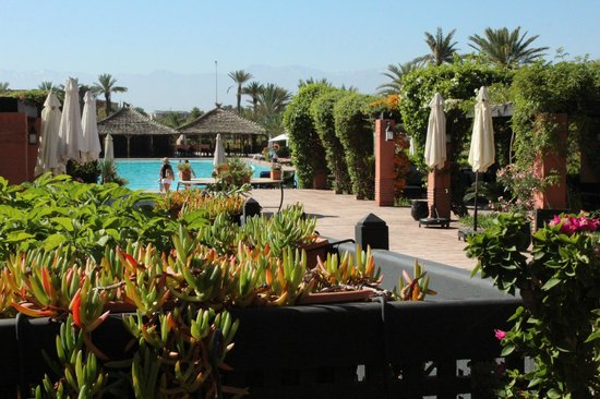 SENTIDO Kenzi Menara Palace : vue sur piscine