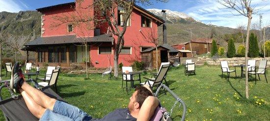Hotel La Casa del Rio : Hamacas del jardín para descansar y tomarte y café mirando las montañas