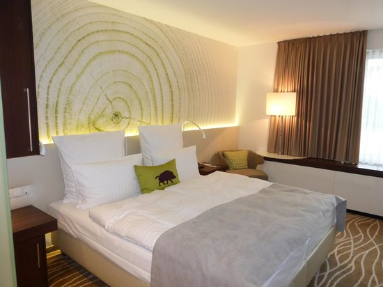 Steigenberger Airport Hotel Amsterdam: Bedroom with flat screen TV, lovely linens, free internet