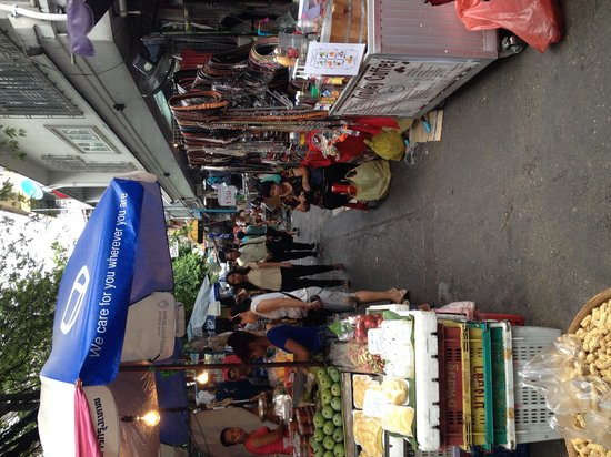 Trinity Silom Hotel: Local market outside Glow