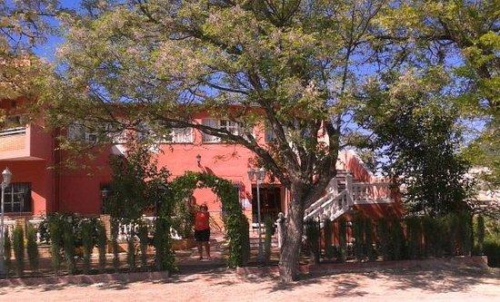Hotel El Mirador de Rute: Ook aan de voorzijde van het hotel is een terras