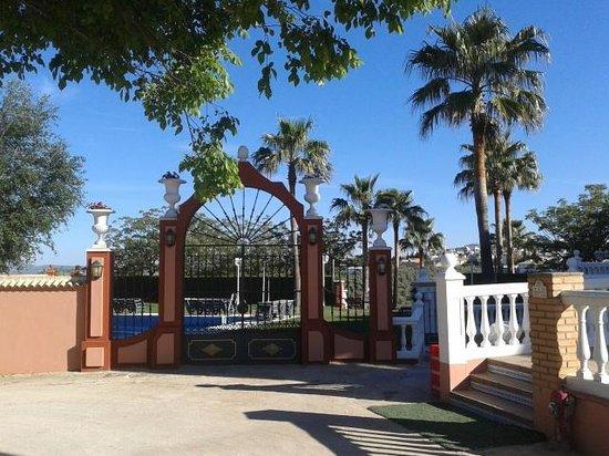Hotel El Mirador de Rute: Tuin aan achterzijde van het hotel