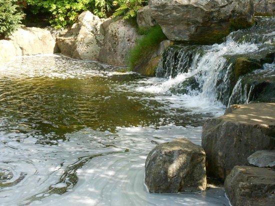 Holland Park : Waterfall in Japanese Garden