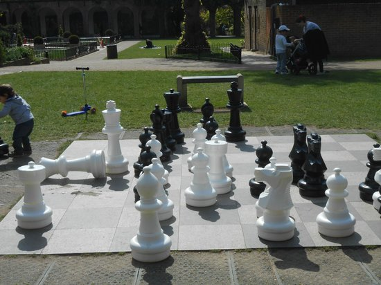 Holland Park : Giant Chess Set