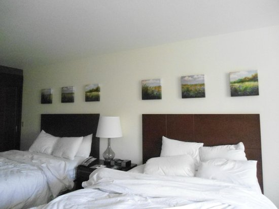 DoubleTree by Hilton Hotel Campbell - Pruneyard Plaza: 2 Queen beds after we slept in them.  Loved the photos on the wall.