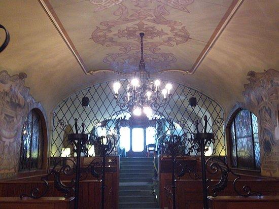 Matyas Pince Etterem : Budapest - Mátyás Pince Étterem - sehr fein gestalteter Raum