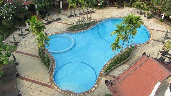 Borei Angkor Resort & Spa: Beautiful pool with spa