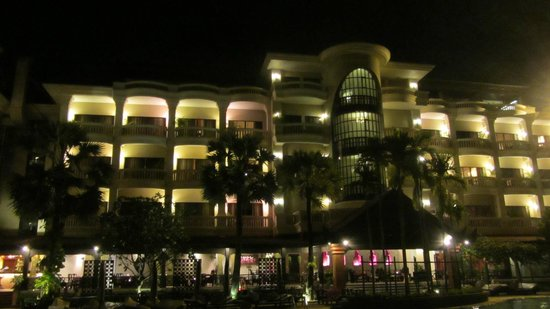 Borei Angkor Resort & Spa: Night view of hotel from pool area