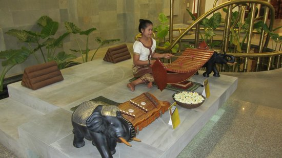 Borei Angkor Resort & Spa: Soothing music being played in lobby, so beautiful