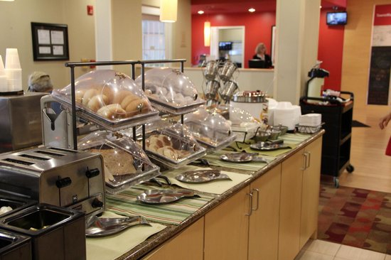 TownePlace Suites Arundel Mills BWI Airport: Breakfast in lobby