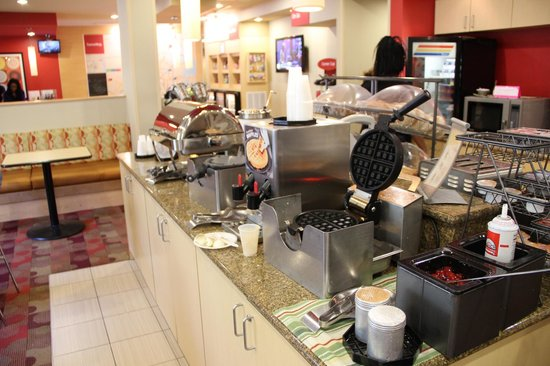 TownePlace Suites Arundel Mills BWI Airport : Breakfast in lobby