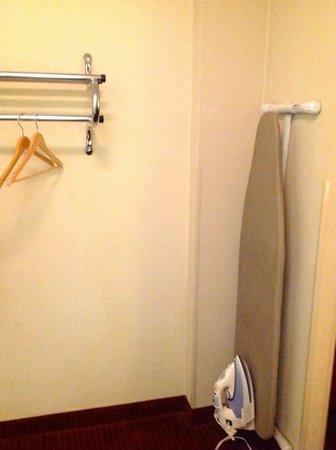 Howard Johnson Atlanta Airport: Clothes hanger and ironing board