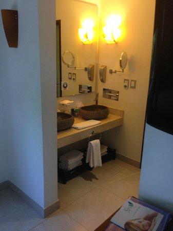 Sandos Caracol Eco Resort: master bath
