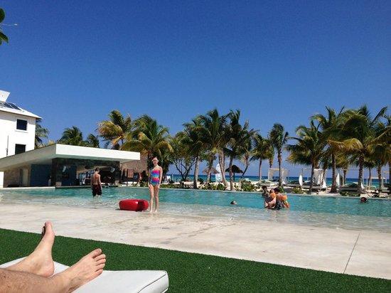 Sandos Caracol Eco Resort: Royal Elite pool and bar with view of ocean