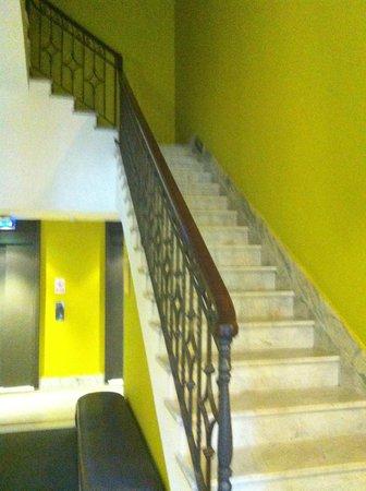 Esplendor Hotel Cervantes: Acesso aos elevadores e escadas
