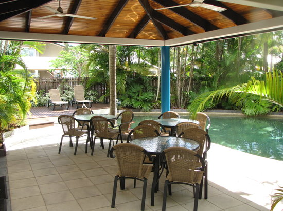 Trinity Beach Pacific Resort: Outdoor dining by the pool