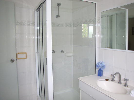 Trinity Beach Pacific Resort : One bedroom bathroom