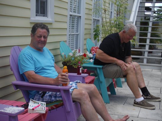 Avalon Bed and Breakfast: Applying lotion on the pool deck