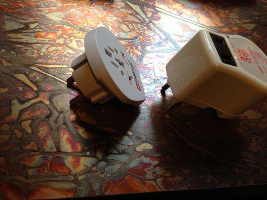 Klaus K Hotel: 電圧変換器を持って行きましたが、壁のコンセント差込口が深くて届きませんでした。フロントに相談したらその場でアダプターを貸して頂けました。