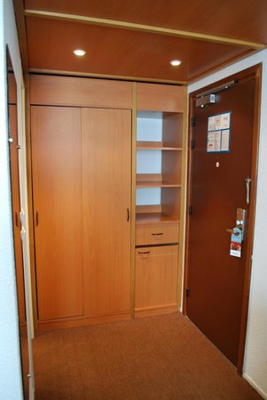Mercure Toulouse Centre Saint-Georges : Wardrobe