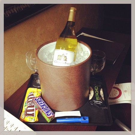 Comfort Suites Alamo/Riverwalk: Complimentary wine and treats from the friendly staff!