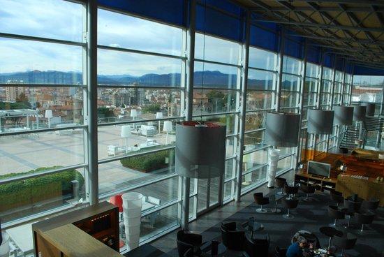AC Hotel Palau de Bellavista: Lobby and restaurant area