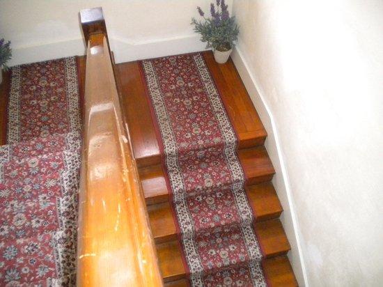 Ojai Serenity Suites: Wood floor/stairs