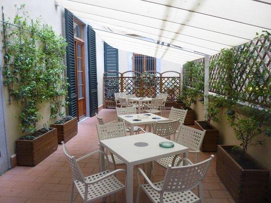 Academy Hostel: Amplio balcón con mesas, exelente ambiente