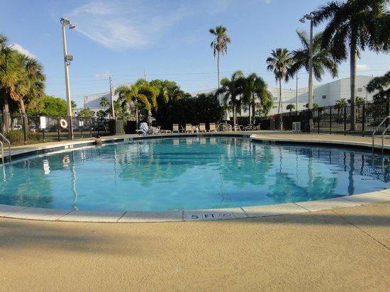 Sleep Inn at Miami International Airport: pool area