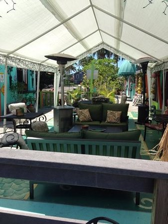 Camellia Street Grill: sweet sitting area