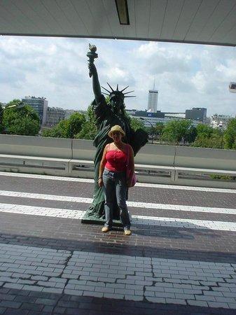 Hotel Eiffel Seine : mini estatua de la libertad