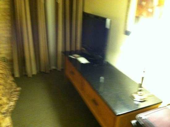 Drury Inn & Suites San Antonio Airport: Bedroom TV and wall