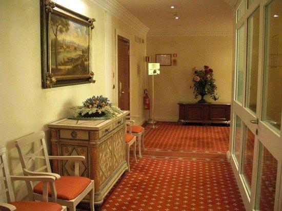 Bettoja Hotel Mediterraneo: hallway