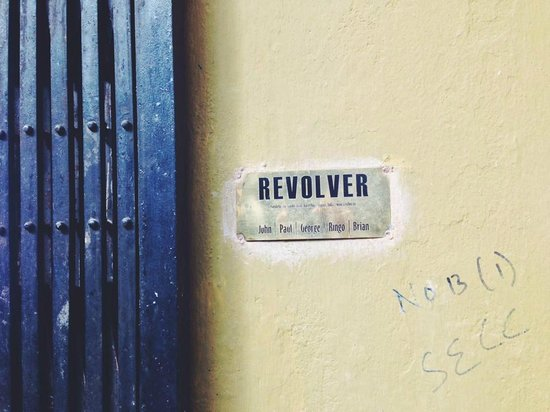 Revolver : At the entrance