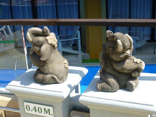 Diamond Cottage Resort & Spa : слоники у бассейна