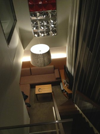 Shibuya Granbell Hotel: Looking down into the living room from the living room