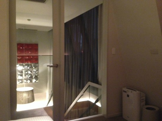 Shibuya Granbell Hotel: Looking out from the bedroom to the vaulted living room