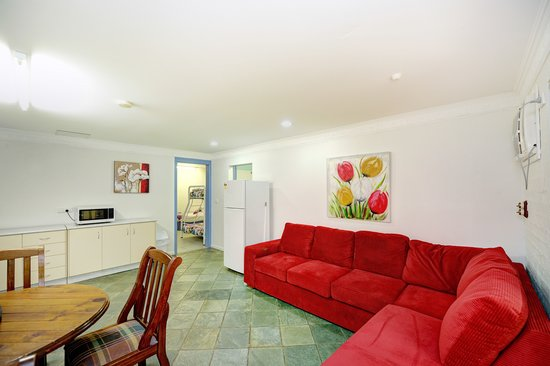 Tropic Oasis Holiday Villas : Orchid downstairs loungeroom