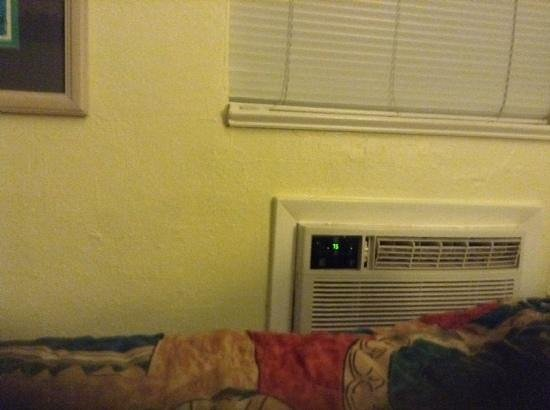 Barefoot Bay Resort and Marina : Wall AC unit of my room.