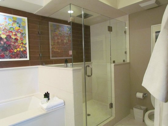 City Loft Hotel: Shower in room 212