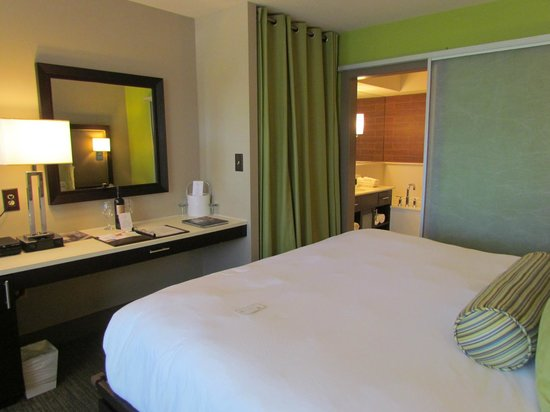 City Loft Hotel: Green Wall with sliding bathroom door