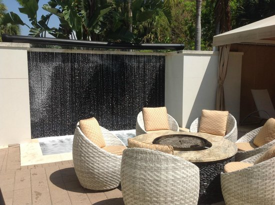 Hotel Urbano : pool lounge area with firepit